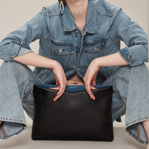 [ESSENTIAL BY UM] V ZIP CROSSBODY JUMBO - BLACK/ DENIM BLUE